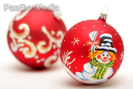 zwei rote weihnachtskugeln mit zeichnung von