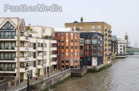 wohnblocks auf der themse london england