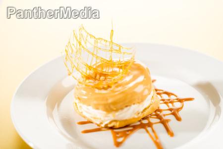 koestlicher sahniger nachtisch mit caramel topping