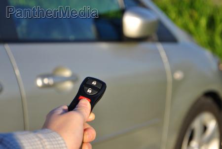 eine hand die autoschluessel