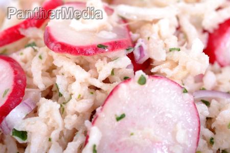 frischer salat mit rettich und radieschen