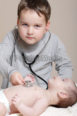 stethoskop hoert auf den herzschlag eines