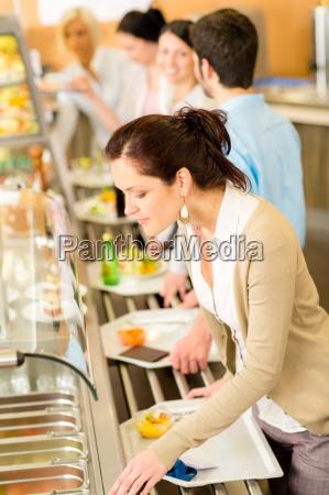 business frau waehlen cafeteria lunch buffet