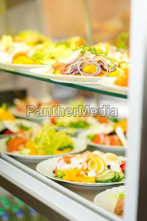 selbstbedienungsbuffet frische gesunde salat auswahl
