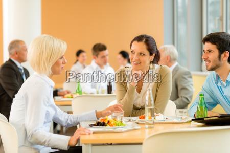 cafeteria mittagessen junge geschaeftsleute essen salat