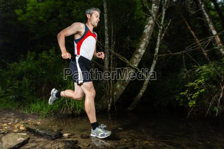 jogger durchquert bachbett