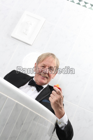 mann im smoking in der badewanne
