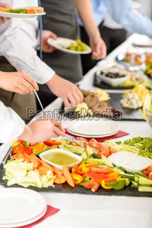 business catering leute nehmen buffet essen