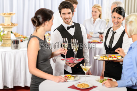 catering service bei firmenveranstaltungen bieten essen