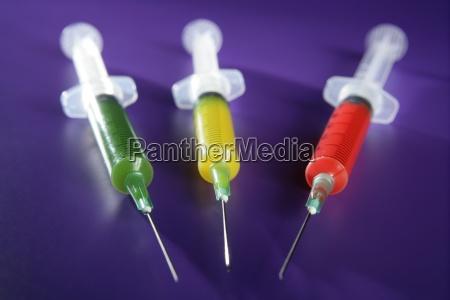 bunte spritzen gesetzt gesundheit medizin impfstoff