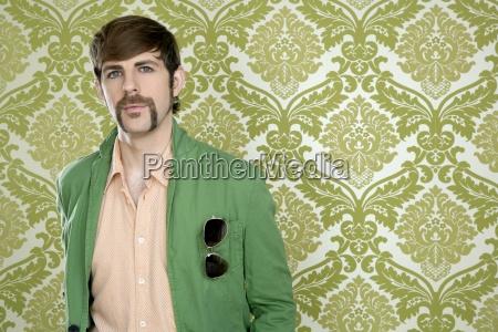 exzentrisch retro mustache geek man verkaeufer