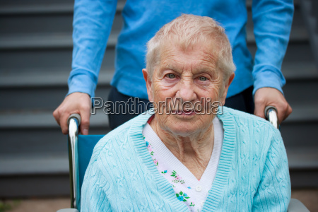 senyora mayor en silla de ruedas