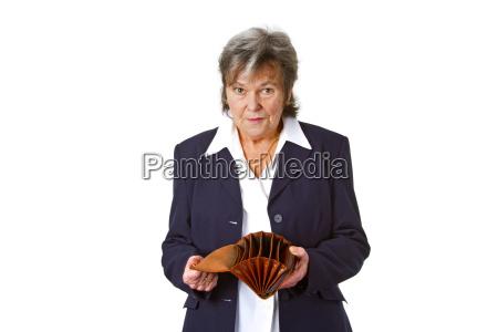 seniorin mit leerem geldbeutel