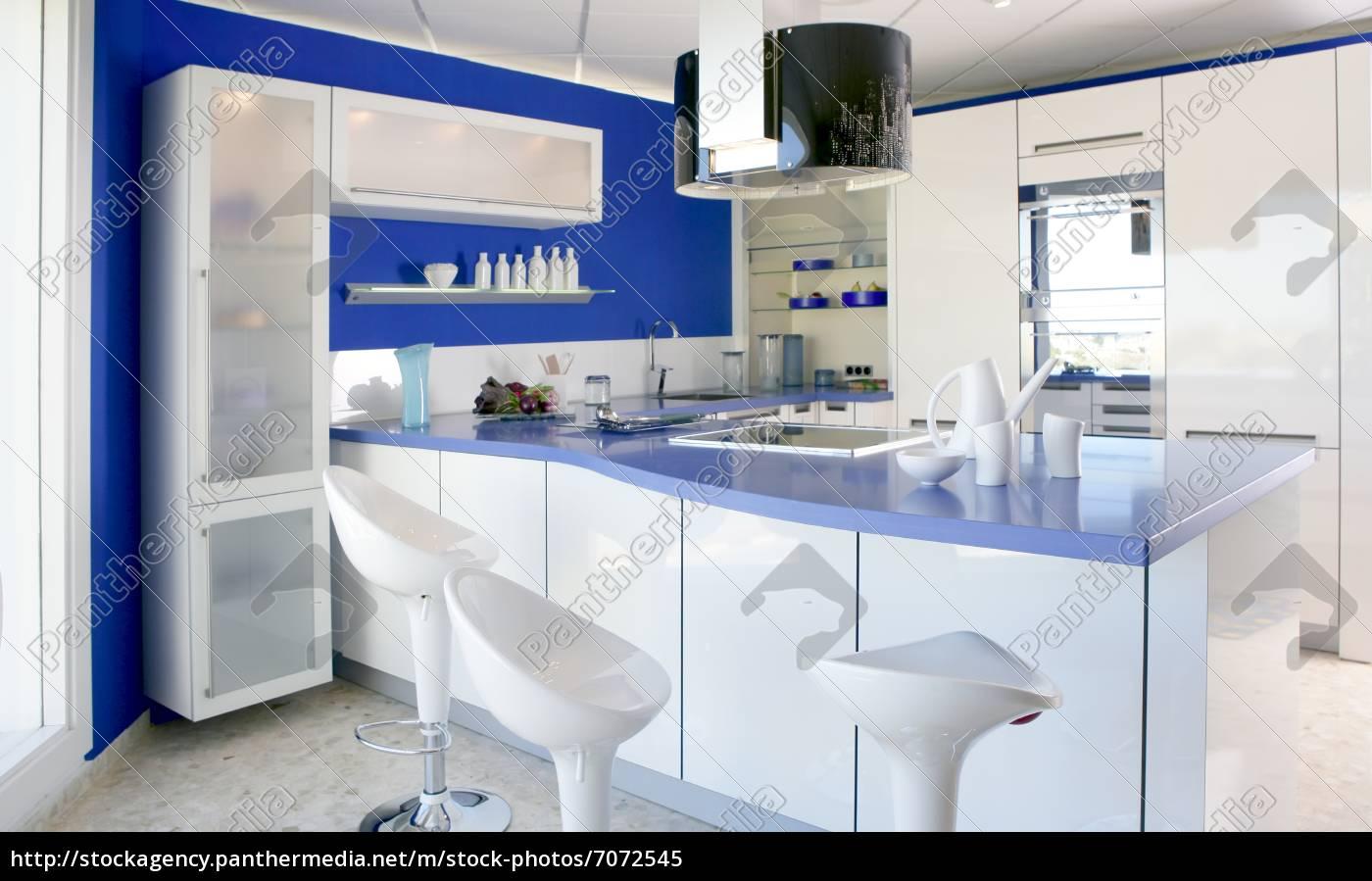 blaue weiße küche moderne innenarchitektur haus - Stockfoto ...