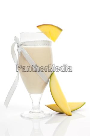 mango smoothie isoliert