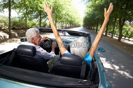 senior paar im sportwagen