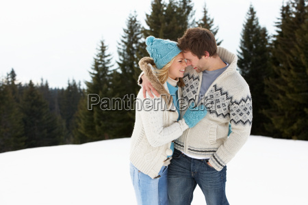 junges paar in alpine schnee szene