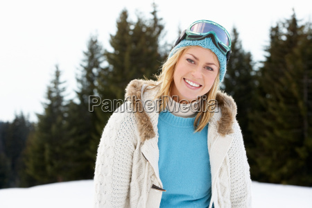 junge frau in alpiner schneeszene