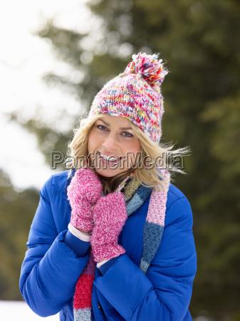junge frau in alpine schnee szene