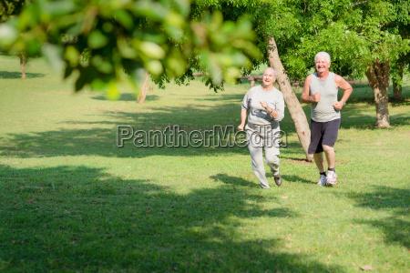 aktive senioren joggen im stadtpark