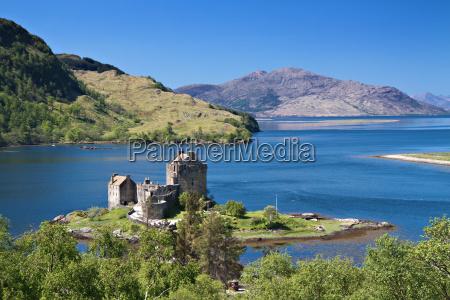 eilean donan castle unter einem blauen