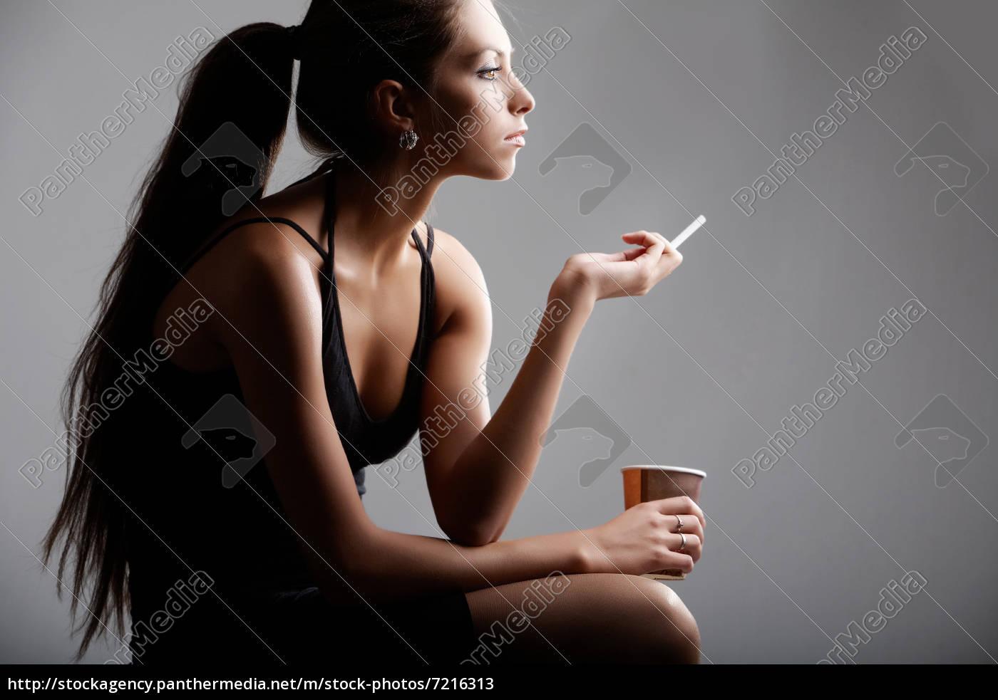 Junge geile rauchende Mädchen