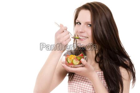 junge glueckliche frau isst salat