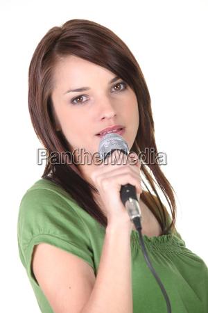 bruenette halten mikrofon