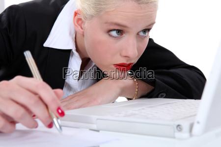 frau schaut auf ihren laptop