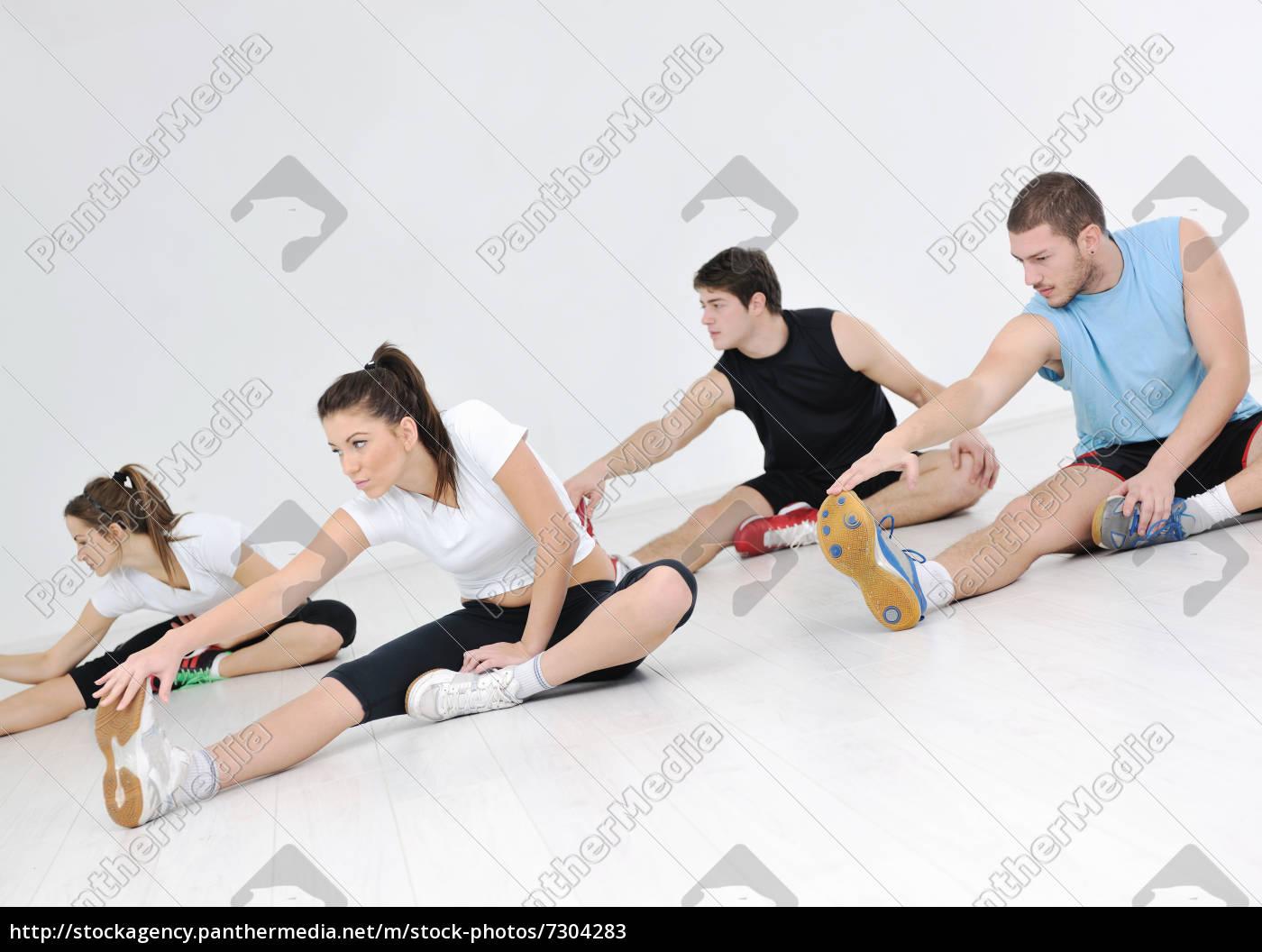 gruppe, der, jungen, leute, in, fitness-club - 7304283