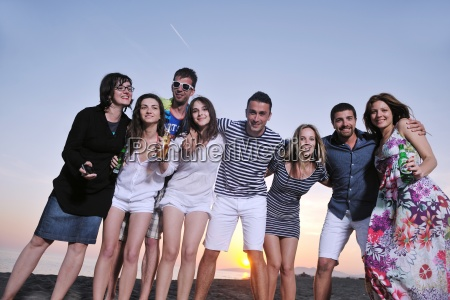 gruppe von jungen menschen geniessen sommer