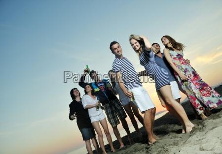 gruppe junger leute geniessen sommerparty am