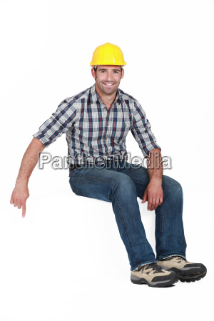 handyman zeigt nach unten