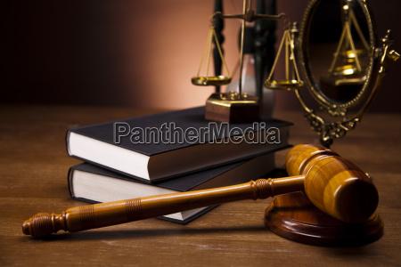 gesetzes und gerechtigkeitskonzept hoelzerner hammer