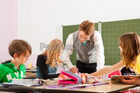 skoleborn og laerer laering i skolen