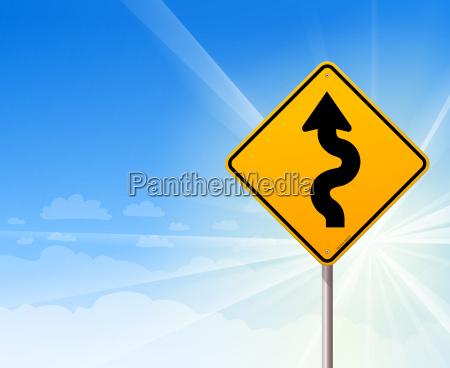 gewundene strasse zeichen auf blauem himmel