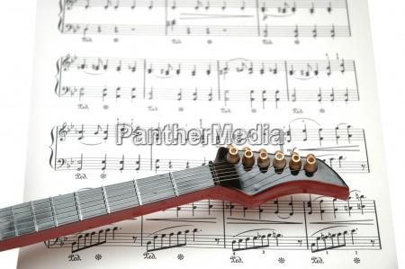 rock gitarre ueber das blatt gedruckt