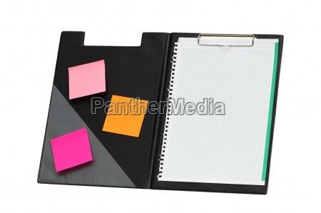 offene dokumentenmappe mit haftnotizen auf weissem