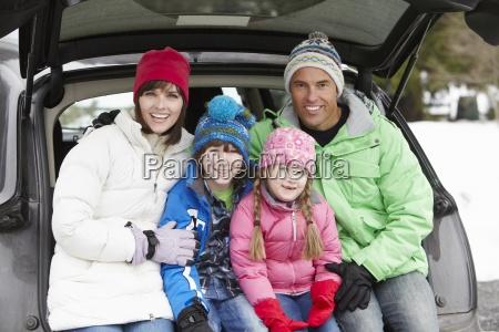 im kofferraum auto tragende winter kleidung