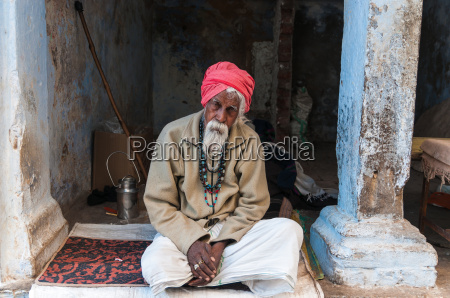 alter inder mit rotem turban sitzend