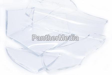 glassplitter auf weissem hintergrund