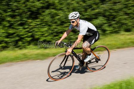 rennradfahrer in bewegungsunschaerfe