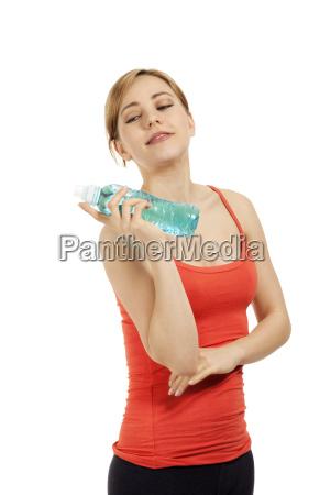 junge sportliche frau mit einer flasche