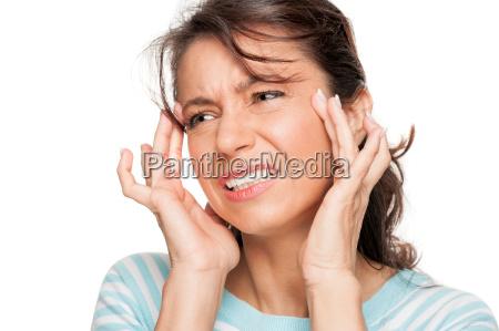 patientin mit kopfschmerzen
