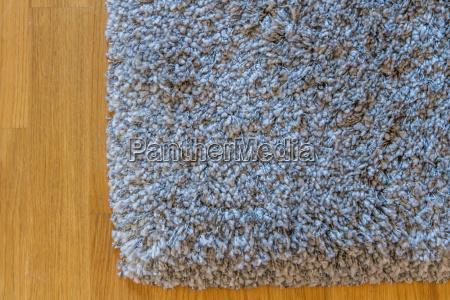 grauer teppich auf parkett