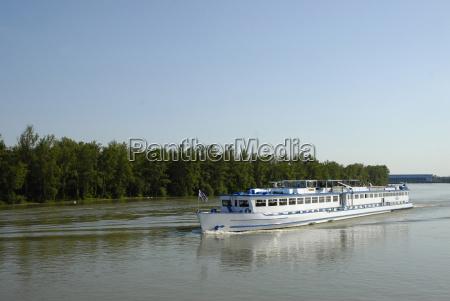 flussschiff auf dem oberrhein bei rhinau