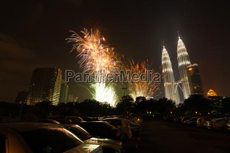 neujahrsfeuerwerk petronas towers kuala lumpur h