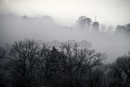 blick zum kluet im nebel hameln