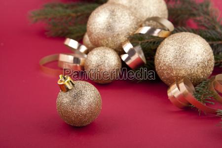 weihnachtliche dekoration mit goldenen kugeln und