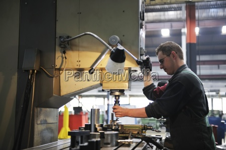 beschaeftigten menschen in der fabrik